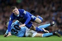 Nicolas Otamendi z Manchesteru City (ve světle modrém) a Ross Barkley z Evertonu.