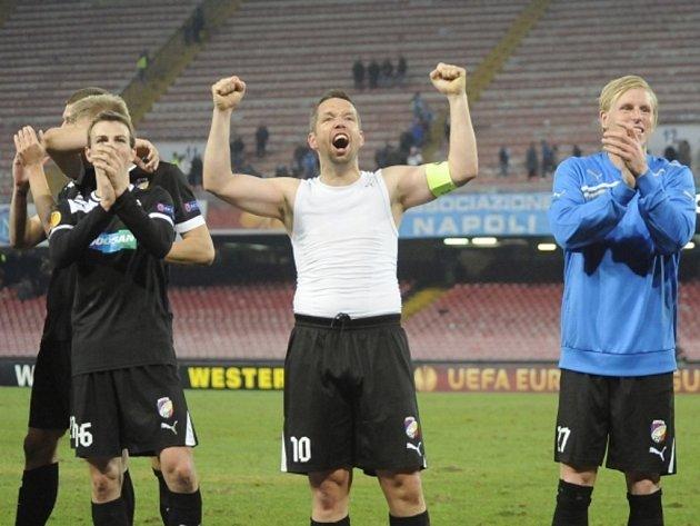 Fotbalisté Plzně (zleva) Vladimír Darida, Pavel Horváth a František Rajtoral se radují z vítězství nad Neapolí.