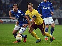 Bořek Dočkal ze Sparty (vpravo) a Benedikt Höwedes ze Schalke.