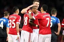 Hráči Manchesteru United slaví gól Ashleyho Younga.