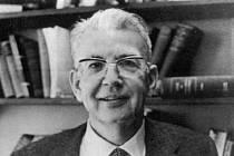 Ronald Coase, profesor Chicagské univerzity, nositel Nobelovy ceny za ekonomii pro rok 1991.