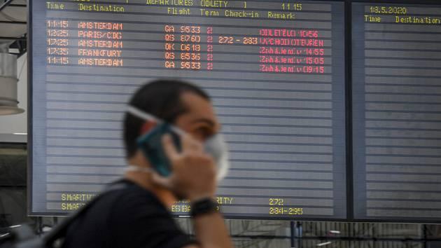 Informační tabule s odlety v hale pražského letiště na snímku z 18. května 2020, kdy České aerolinie (ČSA) obnovily po více než dvou měsících svůj pravidelný provoz na čtyřech linkách. Jde o linky do Paříže, Frankfurtu a Amsterdamu. Další přibudou v další