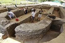 V Mikulčicích na Hodonínsku vrcholí revizní archeologický výzkum v prostoru tamní velkomoravské baziliky, z níž se do dnešních dnů zachovaly jen základy.