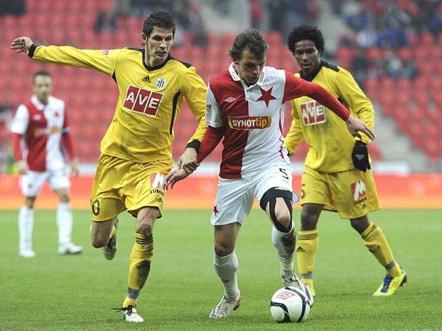 Milan Nitrianský ze Slavie (uprostřed) a fotbalisté Budějovic Michal Klesla (vlevo) a Jose Ferreiro da Silva Sandro.