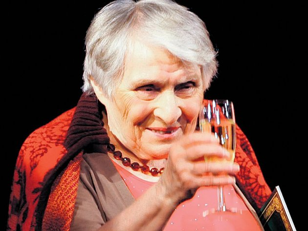 KŘEST. Anne Golon na jevišti Divadla Broadway během křtu českého vydání knihy.