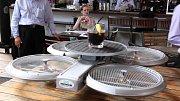 dron dokáže obsluhovat hosty restaurace