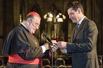 Kardinál Dominik Duka udělil mezinárodnímu hudebnímu festivalu Dvořákova Praha zlatou Svatovojtěšskou medaili.