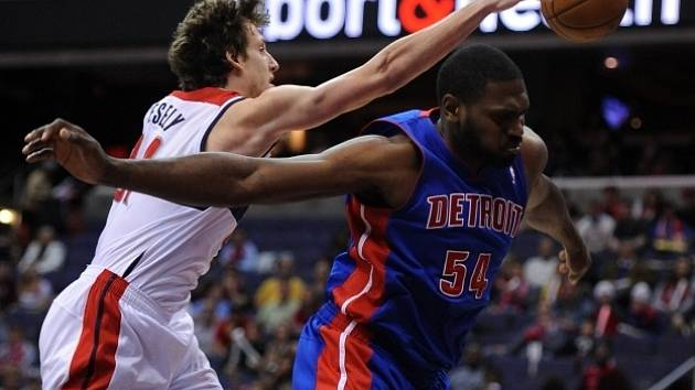 Jan Veselý z Washingtonu fauluje Jasona Maxiella z Detroitu Pistons.