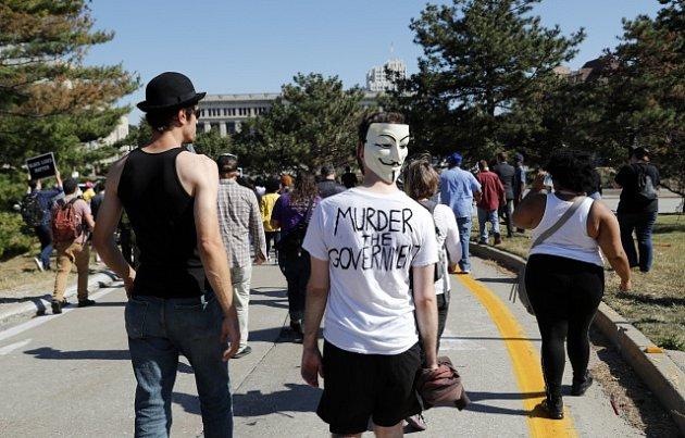 Američtí černí aktivisté protestují proti osvobození ex-policisty Jasona Stockleyho, který zastřelil černocha.