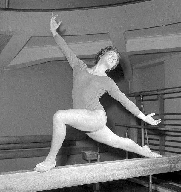 Československá gymnastka Věra Čáslavská při cvičení na kladině -trénink