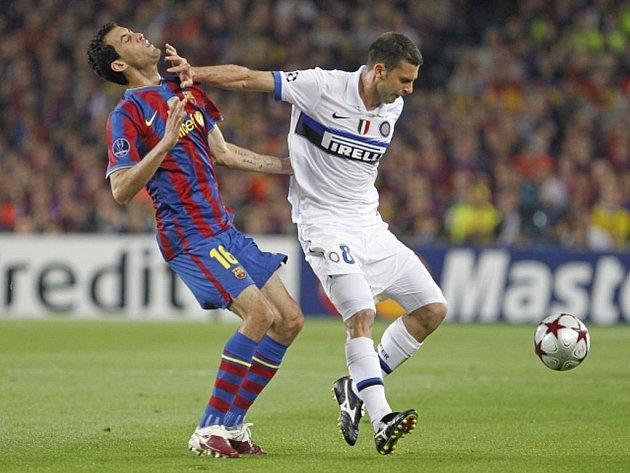 Sergio Busquets (vlevo) v souboji s Thiagem Mottou z Interu Milán.