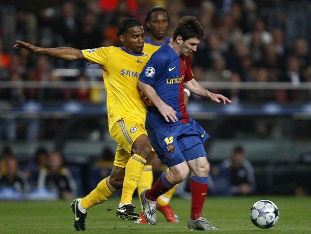 Hvězda Barcelony Lionel Messi (vpravo) v souboji s Florentem Maloudou z Chelsea.