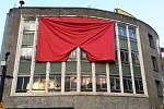 Na londýnské galerii visí rudé trenky