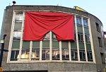 Nikdo je nespálí. Londýnská galerie vyvěsila rudé trenky, jako symbol populismu
