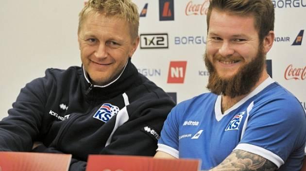 Heimir Hallgrímsson (vlevo) při tiskové konferenci