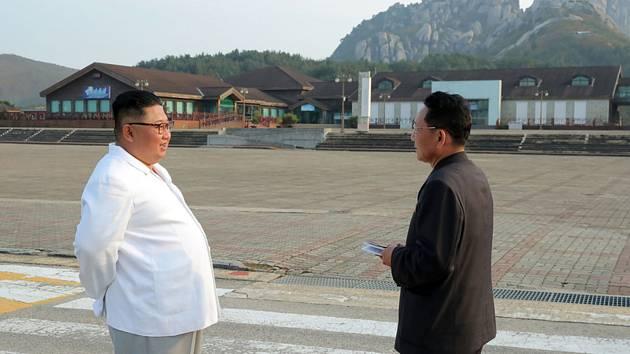 Severokorejský vůdce Kim Čong-un (vlevo) v  turistickém letovisku v Diamantových horách.