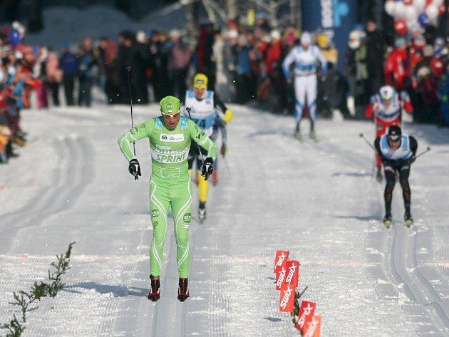 Stanislav Řezáč (vlevo) si běží pro páté místo na Jizerské padesátce.