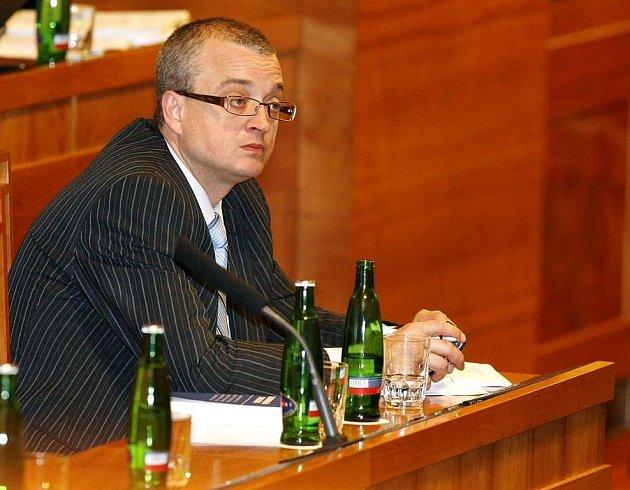 Vedení západočeské univerzity chce podat návrh na odebrání titulu JUDr. poslanci Marku Bendovi. Ten se chce pokusit titul získat znovu.