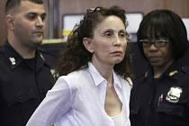 Newyorský soud ve čtvrtek odsoudil k 18 letům vězení milionářku, která v luxusním hotelu na Páté avenue na Manhattanu otrávila svého osmiletého autistického syna smrtícím předávkováním léků.