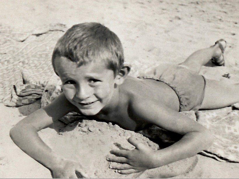 Miloš Forman jako malý chlapec na Máchově jezeře