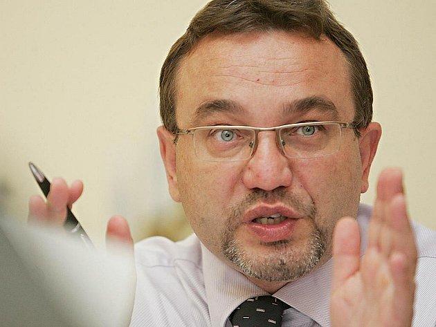 Po úřednících odboru na čerpání peněz z evropských fondů chce ministr školství Josef Dobeš (VV) výrazně snížit i počet organizací přímo řízených ministerstvem. Z celkových 17 organizací by jich mělo zbýt jen pár, zmenší se tak byrokracie, sdělil dnes Dobe