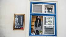 Kavárny a restaurace mohou fungovat v době nouzového stavu jen přes výdejní okénko.