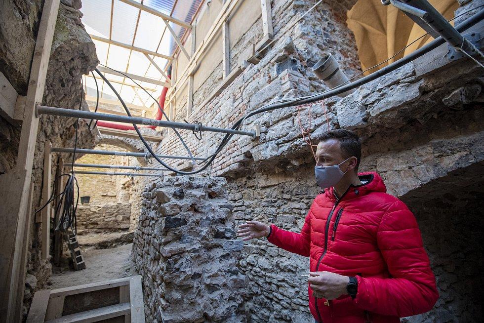 V suterénu Purkrabství vzniká expozice stavebně historického vývoje hradu.
