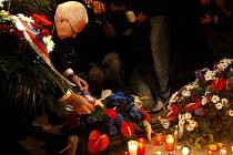 Lidé si na Národní třídě v Praze připomínali 17. listopadu 20. výročí sametové revoluce. Květinu k památníku studentů položil i prezident Václav Klaus.