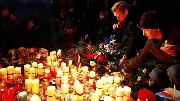 Lidé si na Národní třídě v Praze připomínali 17. listopadu 20. výročí sametové revoluce. Květinu k památníku studentů položil i exprezident Václav Havel.