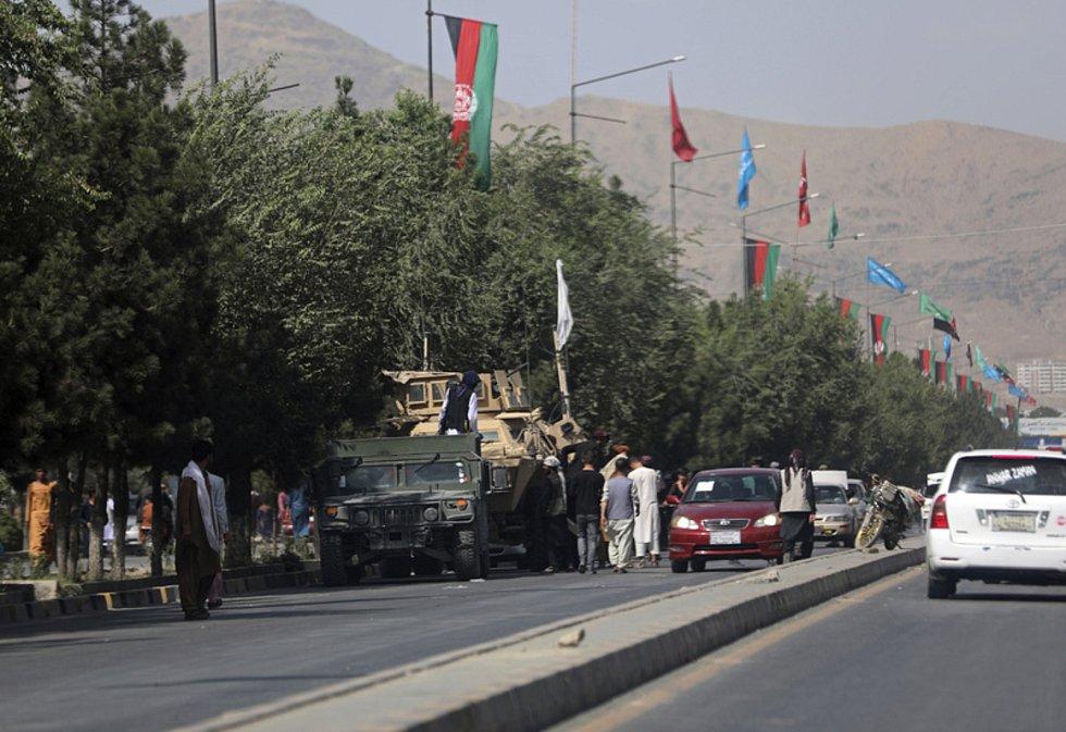 Bojovníci Tálibánu u letiště v Kábulu