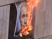 Na serveru YouTube se v pátek objevil videoklip, na němž jiné členky Pussy Riot, které jsou na svobodě, v maskách demonstrativně pálí obraz prezidenta Putina a děkují popové hvězdě Madonně a dalším zahraničním umělcům za podporu.