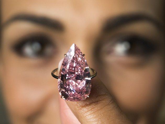 Diamant Unique Pink (Jedinečný růžový) o váze 15,38 karátu a ve tvaru hrušky je vsazený do prstenu.