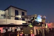 Saúdskoarabské úřady dnes obvinily občany, že zkomplikovali záchranné práce při čtvrtečním požáru v nemocnici na jihu země. Uhořelo tam 25 lidí a přes 140 bylo zraněno.