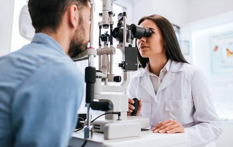 Operaci předchází pečlivé oční vyšetření, základní interní předoperační vyšetření a také konzultace s lékařem.