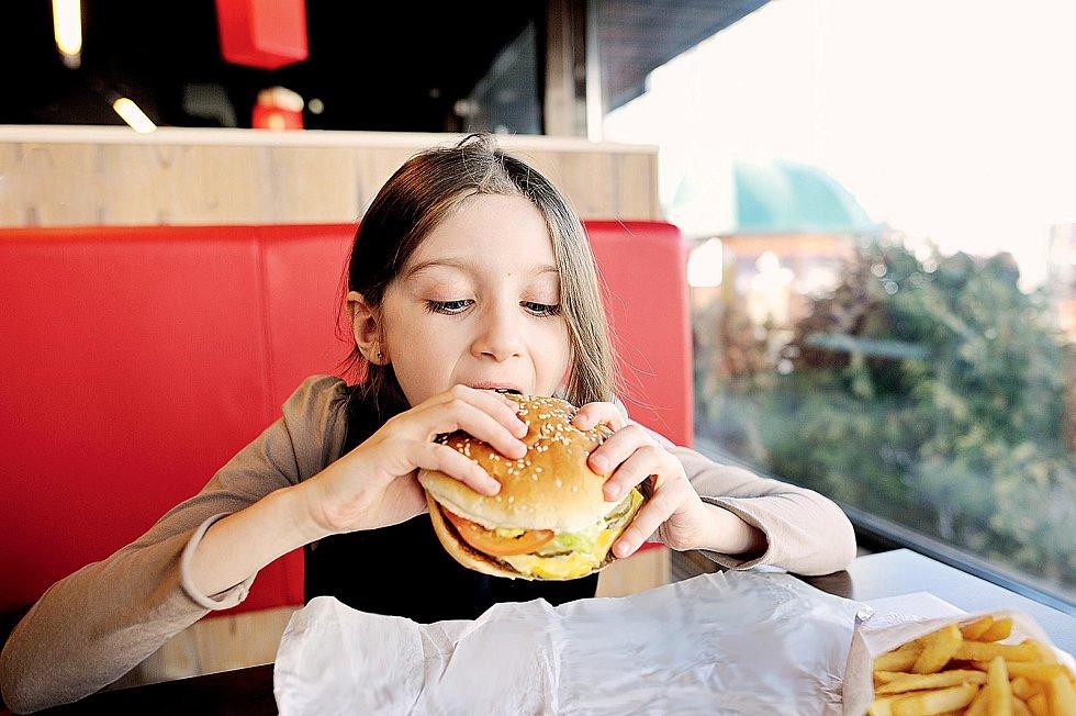 Tři čtvrtiny Čechů aČešek mají zvýšenou hladinu cholesterolu – iděti avelmi mladí lidé.