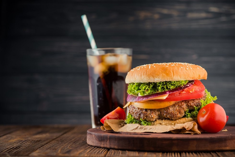 Lidé si uvědomují, že jídlo ve fast foodech nebývá příliš zdravé.