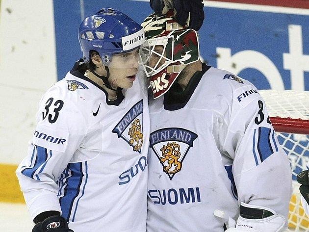 Brankář Bäckström přijímá gratulace od Anssi Salmely.