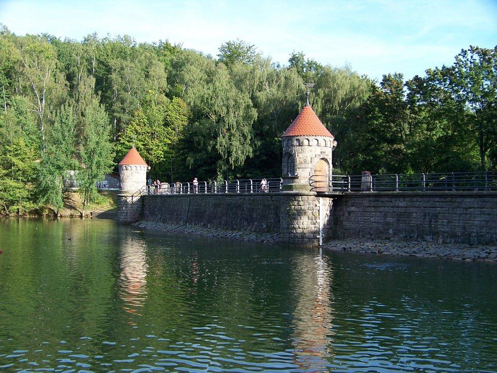 Harcovská nebo také Liberecká přehrada leží nedaleko od centra Liberce v údolí Harcovského potoka. Z jedné strany je lemována lesem a z té druhé vilovou čtvrtí.
