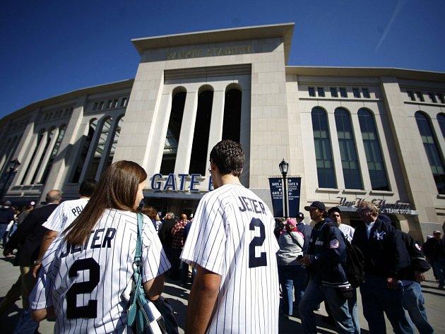 Fanoušci baseballistů New York Yankees přichází do nového stadionu.