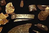 Části zlatého pokladu, nalezeného v britském hrabství Staffordshire