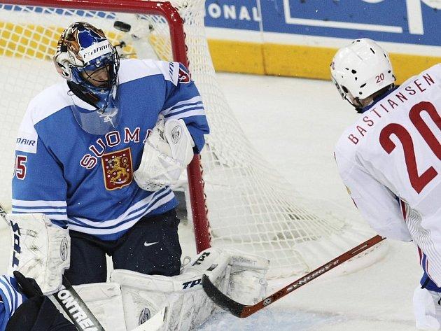 Anders Bastiansen dává druhou branku norského výběru v utkání proti Finsku. Petri Vehanen na jeho střelu nestačil.