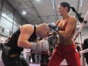 Miss aerobic Táňa Bednářová a profesionální boxer Lukáš Konečný zinscenovali duel v rámci premiérového ročníku největší fitness výstavy v Česku – Fitness Expo