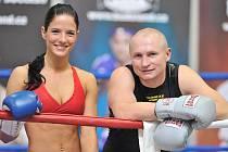Miss aerobic Táňa Bednářová a profesionální boxer Lukáš Konečný zinscenovali duel v rámci premiérového ročníku největší fitness výstavy v Česku – Fitness Expo.