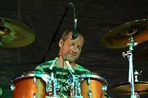 Už ne Hudba Praha, ale zase stará dobrá Jasná páka s Davidem Kollerem za bicími.