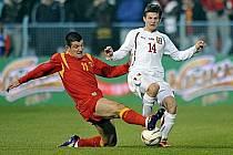 Václav Pilař (vpravo) bojuje o míč s Bečirajem.
