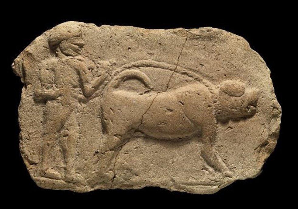 Asyrský či kurdský pes zachycený na reliéfu ve starověkém Babylonu