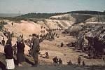 Koncem září 1941 došlo k masakru v rokli Babyn Jar u Kyjeva. Na snímku sovětští vojáci odkrývající zdejší masový hrob