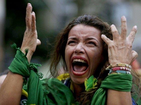 Nešťastná brazilská fanynka neprožívala konec zlatého snu lehce.