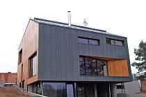 Extravagantní dům je postaven v kombinaci betonu, dřeva a titanzinku a souznívá s venkovskou krajinou.
