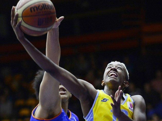 Basketbalistka USK Danielle Robinsonová (vpravo).
